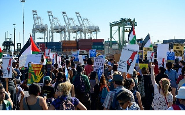 israeli_ship_remains_at_sea_as_thousands_of_protesters_gather_in_oakland_m5