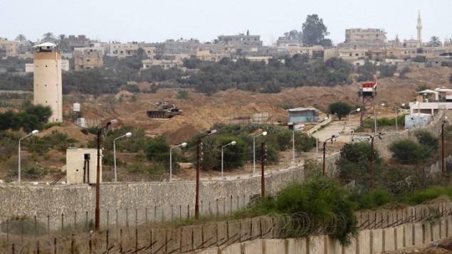 Soldados del ejército egipcio se ven en una torre de vigilancia en la frontera de Rafah con la Franja de Gaza