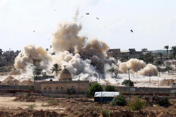 Una imagen de las casas de demolición militares egipcios en el Sinaí del Norte el miércoles para crear zona de amortiguamiento a lo largo de las fronteras con Gaza