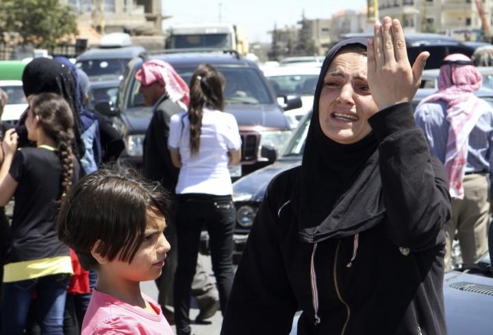 Una mujer reacciona durante una sentada organizada por las familias de los soldados libaneses que fueron capturados por militantes islamistas en Arsal, exigiendo su liberación en la ciudad libanesa de Baalbek en el valle de Bekaa