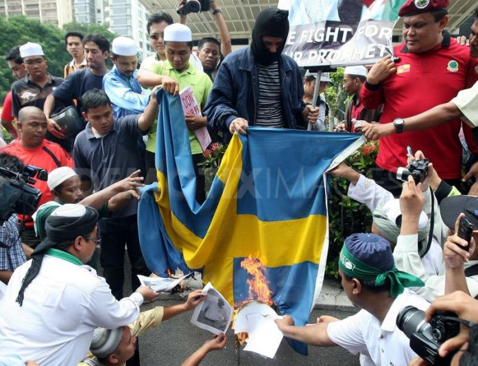 Muslims burning the Swedish flag