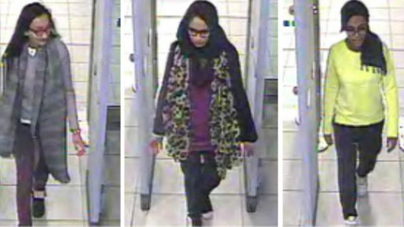 Las tres chicas Que Pasan Por La Seguridad del Aeropuerto CCTV capturaron las chicas Que Pasan Por La Seguridad en el Aeropuerto de Gatwick