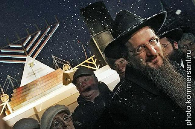 Gran Rabino de Rusia, frente a la principal menorah de Hanukkah en la Plaza Roja