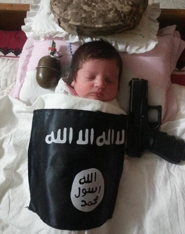 282C063900000578-3062639-Chilling_A_sleeping_baby_is_placed_next_to_a_handgun_and_grenade-m-22_1430405853937
