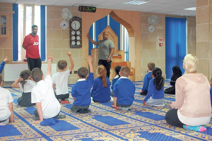 Neeli-Mosque-opens-its-doors-to-Rochdale-primary-schools