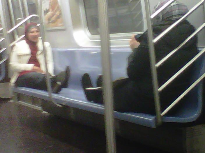 Aquí están algunas mujeres musulmanas se extienden en el metro para que nadie más puede sentarse