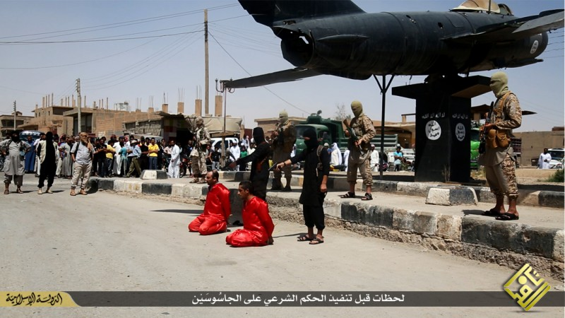 isis-executes-iraqi-spies-with-handguns-crucifies-them-graphic-photos-14111