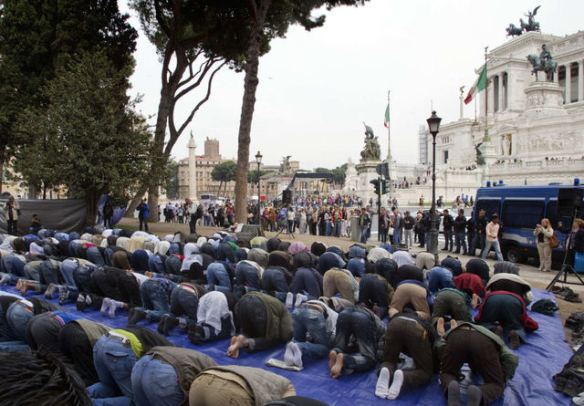 Muslims lift their asses to Allah in Rome's Piazza Venezia Square, with the monument of the Unknown Soldier in the background at right, demanding Islamic religious accommodations in Italy