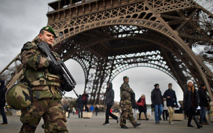 french-army-eiffel-tower