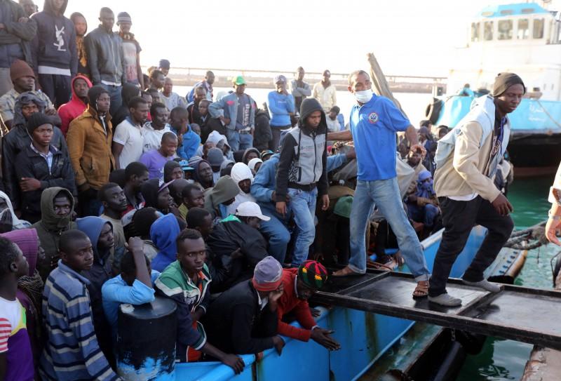 Una ola virtual de extranjeros ilegales lavan para arriba sobre la italiana orilla cotidiana