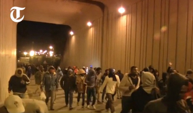 2B0977A700000578-0-Organised_Dozens_of_migrants_make_their_way_towards_the_Tunnel_e-a-38_1438553462818