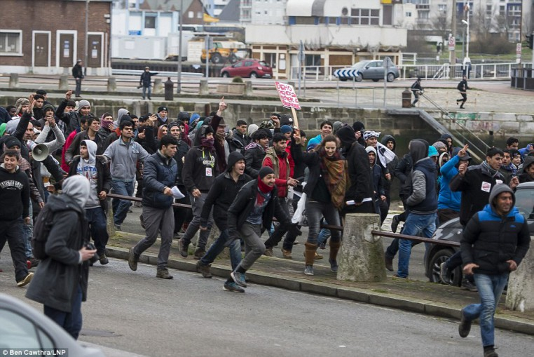 3081273700000578-3413566-The_Port_of_Calais_has_been_closed_after_hundreds_of_migrants_st-a-23_1453572800624