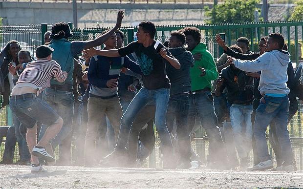 Casi la mitad de los británicos se plantea abandonar el país al verlo convertido en un estercolero multicultural - Página 5 Calais-scuffle_2998833b
