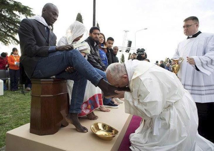 Pope Francis kisses feet of Muslims