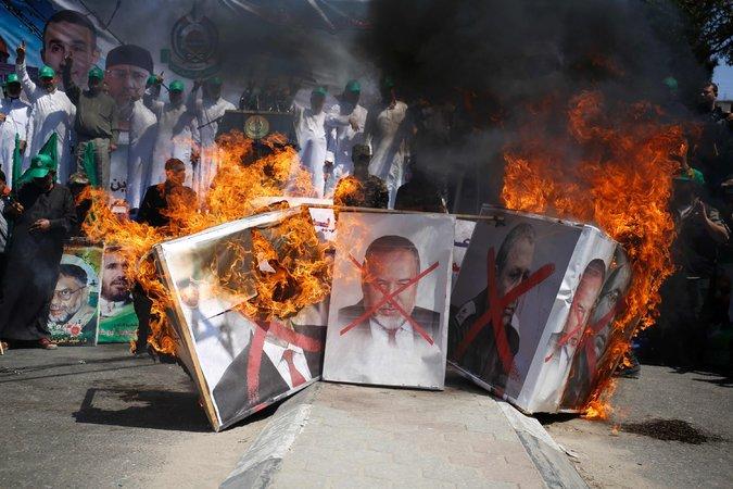 partidarios de Hamas quemaron imágenes de Avigdor Lieberman, en la ciudad de Gaza