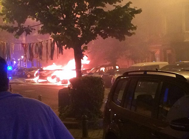 Los locales dijeron haber escuchado varias explosiones como un número de vehículos se incendió en el centro de la ciudad