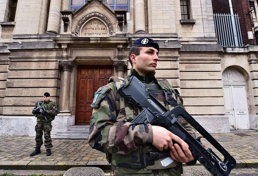 Un soldado francés está de guardia en una sinagoga en Lille, Francia