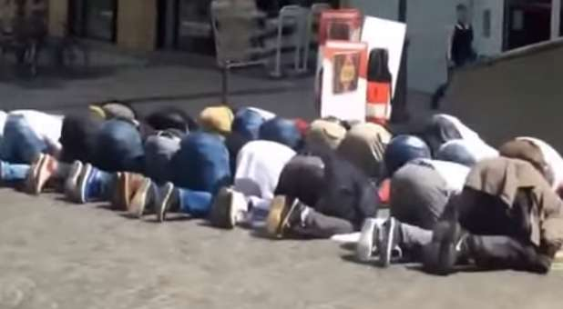 muslims-praying-youtube-screengrab-1