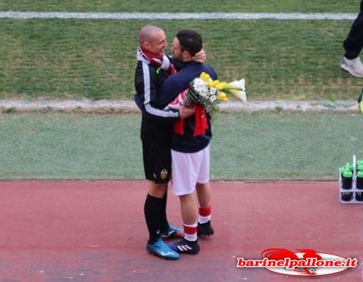 L'abbraccio prolungato tra Defendi e Romizi prima del match