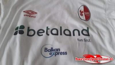 La maglia del Bari da settembre in poi con lo sponsor Betaland