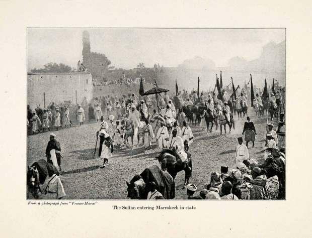 1920 yılında Yusuf Bin Hassan'ın Fas'a girerken çekilmiş bir fotoğrafını görüyorsunuz. Burada da Sultan'a yeşil renkli bir şemsiye tutuluyor.