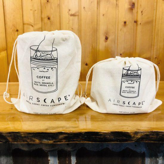 Dos bolsas de algodón suaves y reutilizables con cordones ejemplifican cómo puede usar su lata airscape.