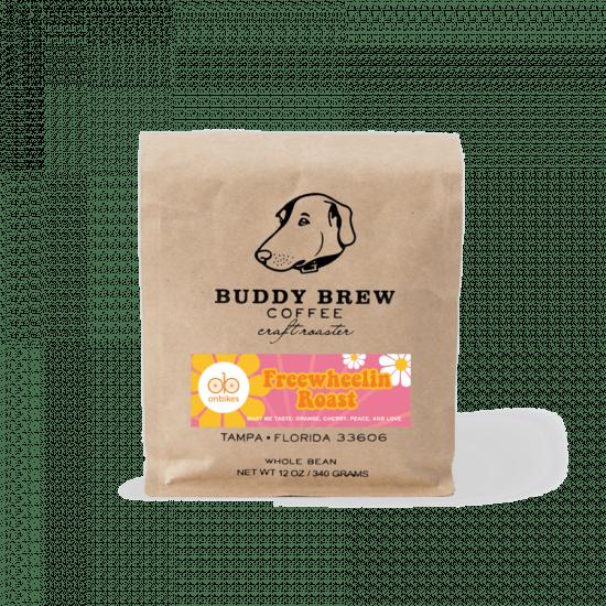 Una bolsa de café marrón con un golden retriever estampado.  Es el asado de rueda libre.