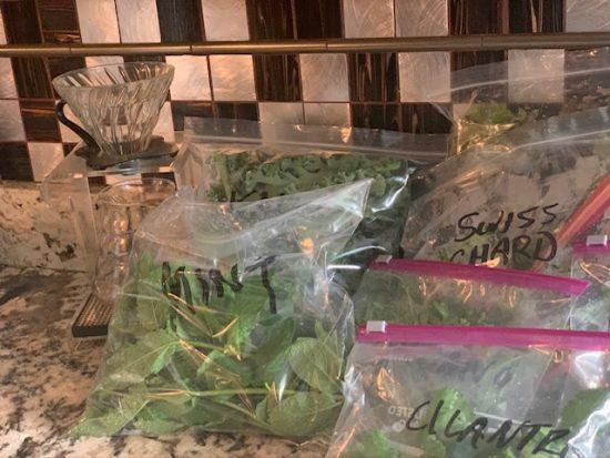 Bolsas de plástico con hierbas frescas y productos.