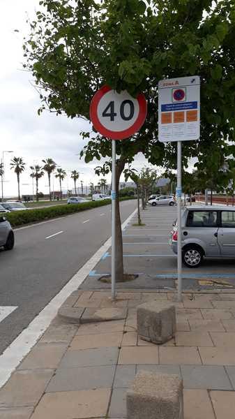 Zona azul vacía en la playa de Castelldefels