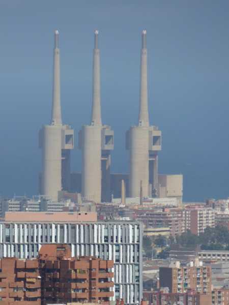 Las tres grandes chimeneas de sant Adrià del Besós.
