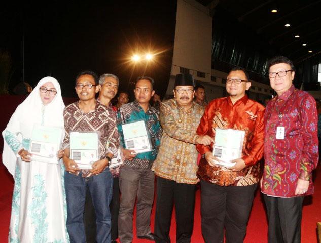 SERTIFIKAT TANAH: Secara simbolis penyerahan 7.000 sertifikat tanah untuk masyarakat Jawa Timur di Jatim Expo, Surabaya, Kamis (28/12).   Foto: Ist