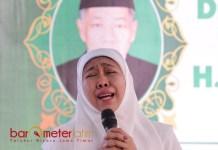 KENANG MENDIANG SUAMI: Khofifah Indar Parawansa pada haul suaminya di Jemursari VIII, Wonocolo, Surabaya, Kamis (14/1). | Foto: Barometerjatim.com/MARIJAN AP