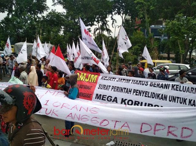 USUT TUNTAS KASUS P2SEM: Massa Komite Mahasiswa Anti Korupsi (Komak) menggelar aksi di depan Gedung Kejati Jatim terkait kasus P2SEM, Rabu (31/1).   Foto: Barometerjatim.com/ABDULLAH HR