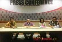 MINTA MAAF: Irvan Widyanto (kanan) minta maaf kepada seluruh warga Surabaya atas tindakannya yang bikin malu institusi.   Foto: Barometerjatim.com/NANTHA LINTANG