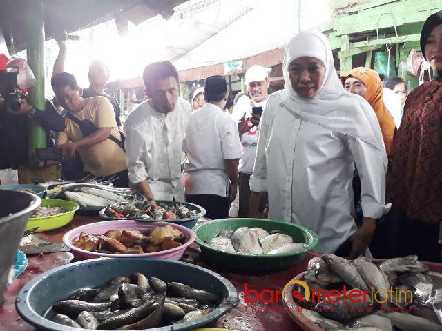 PASAR BASAH: Cagub Jatim, Khofifah Indar Parawansa mendatangi stand ikan di Pasar Taman Sepanjang, Sidoarjo, Rabu (28/2) pagi. | Foto: Barometerjatim.com/ABDILLAH HR