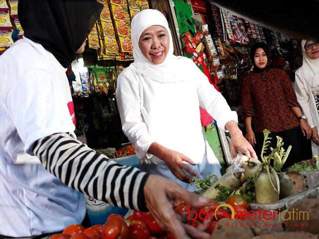 BLUSUKAN KE PASAR: Cagub Jatim, Khofifah Indar Parawansa blusukan di Pasar Taman Sepanjang, Sidoarjo, Rabu (28/2) pagi.   Foto: Barometerjatim.com/ABDILLAH HR