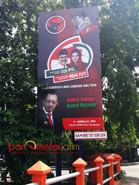 TEBANG PILIH: Bawaslu Jatim dianggap tebang pilih soal penertiban APK, karena billboard paslon ini masih berdiri kokoh. | Foto: Barometerjatim.com/ABDILLAH HR