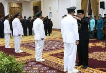 PELANTIKAN PJ BUPATI: Gubernur Soekarwo melantik empat Pj bupati di Gedung Negara Grahadi, Surabaya, Selasa (13/3). | Foto: Ist