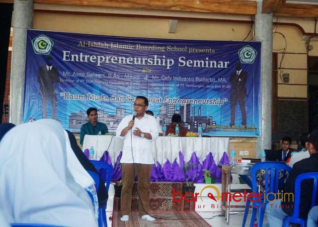 SEMINAR ENTREPRENEURSHIP: Defy Indiyanto Budiarto memberikan materi dalam pelatihan kewirausahaan santri di Ponpes Al Ishlah, Sendang Agung, Paciran, Lamongan, Jumat (9/3). | Foto: Barometerjatim.com/ROY HASIBUAN