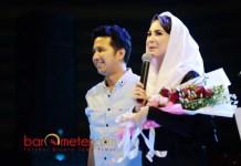 BUNGA TANDA CINTA: Arumi mendapat kejutan dari Emil Dardak. Seikat bunga untuk istri tercinta di momen Hari Kartini.   Foto: Barometerjatim.com/ROY HASIBUAN