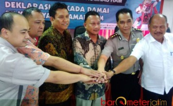 PILKADA DAMAI: Deklarasi Pilkada Damai yang Ramah HAM di kantor KPU Jatim, Jalan Tenggilis, Surabaya, Kamis (19/4). | Foto: Barometerjatim.com/NATHA LINTANG