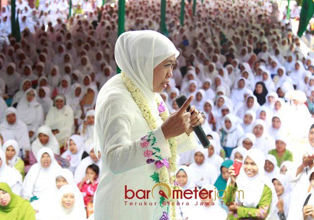 HARLAH MUSLIMAT NU: Cagub Khofifah Indar Parawansa saat menghadiri Harlah ke-72 Muslimat NU di Ponpes Bustanul Ulum Curang Kalong, Jember, Kamis (5/4). | Foto: Barometerjatim.com/MARIJAN AP
