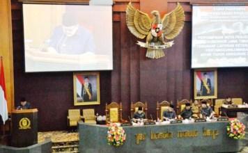 PENGANGGURAN TURUN: Gubernur Soekarwo, capaian kinerja melampaui target yang ditetapkan RPJMD sebesar 4,17-4,08 persen. | Foto: Barometerjatim.com/ROY HASIBUAN