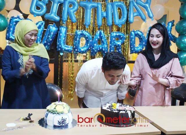 EMIL ULTAH KE-34: Didampingi Cagub Khofifah dan Arumi, Cawagub Emil Dardak merayakan Ultah ke-34 di Posko Milenial Surabaya, Sabtu (20/5) dinihari. | Foto: Barometerjatim.com/ROY HASIBUAN
