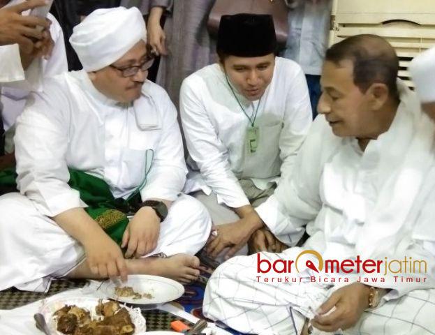 HAUL SUNAN AMPEL: Emil Dardak berbincang dengan Habib Luthfi Yahya saat Haul ke-569 Sunan Ampel, Sabtu (5/5).   Foto: Barometerjatim.com/MARIJAN AP
