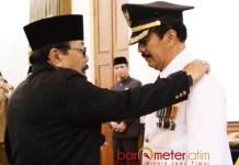 PJ BUPATI PAMEKASAN: Gubernur Jatim, Soekarwo melantik Fattah Jasin sebagai Pj Bupati Pamekasan di Gedung Negara Grahadi, Surabaya, Senin (28/5). | Foto: Barometerjatim.com/ABDILLAH HR