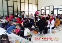 MENUNGGU 10 JAM: Ratusan penumpang ke Pulau Bawean, Gresik harus menunggu sekitar 10 di Dermaga Pelabuhan Gresik, Rabu (13/6). | Foto: Barometerjatim.com/DIDIK HENDRIYONO