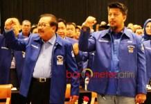 BANGGA DENGAN KHOFIFAH: Renville Antonio (Kanan) dan Pakde Karwo saat Rakorda Partai Demokrat Jatim di Surabaya, Sabtu (21/7). | Foto: Barometerjatim.com/ROY HASIBUAN