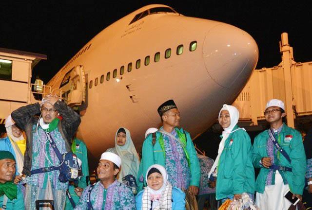 TIBA DI JUANDA: Kedatangan jamaah haji debakarsi Surabaya di Bandara Internasional Juanda Surabaya di Sidoarjo.   Foto: IST
