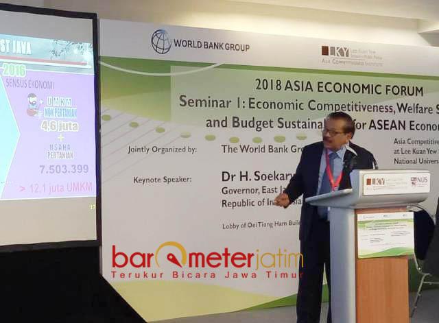 BAGI KIAN DI SINGAPURA: Gubernur Jatim, Soekarwo berbagi kiat peranan dan kontribusi dalam forum di Singapura, Rabu (29/8).   Foto: Barometerjatim.com/NANTHA LINTANG